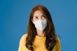 ung asiatisk tjej bär medicinsk ansiktsmask, trött på stress och spänningar. foto