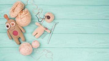brun ull docka grön bakgrund. upplösning och vackert foto av hög kvalitet