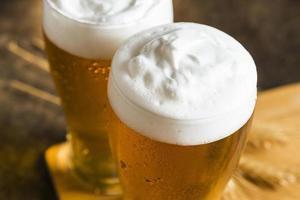 högvinkliga glas öl. upplösning och vackert foto av hög kvalitet
