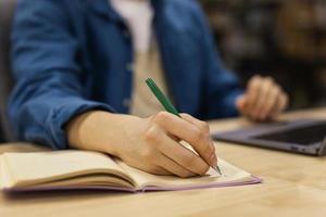 pojke som studerar universitetsbibliotek. upplösning och vackert foto av hög kvalitet