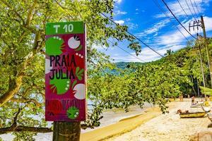 Praia da Julia, Brasilien, 23 nov 2020 - Välkomstskylt till Praia da Julia -stranden foto