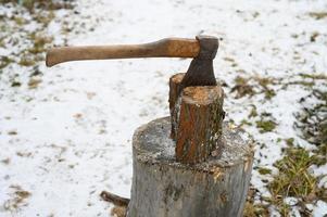 yxa hatchet hugga trä vinter foto