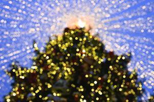 julgran glödande lampor dekorerade foto