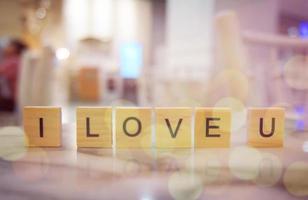 träblock kärleksord på träbord för bakgrund. kopiera utrymme foto