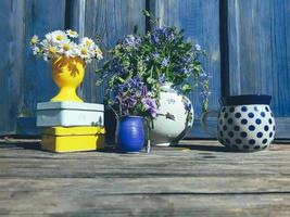 blommig komposition i en solig trädgårdsveranda foto