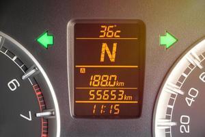 skärm som visar avstånd till körning, växelläge, utetemperatur foto