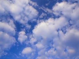 vita fluffiga moln på den blå himlen med morgonljus foto