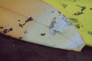 närbild surfbräda placerad på stranden foto