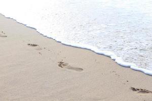 fotavtryck på stranden vid waikiki beach hawaii foto