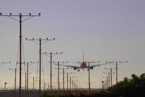 flygplan landar på los angeles internationella flygplats foto