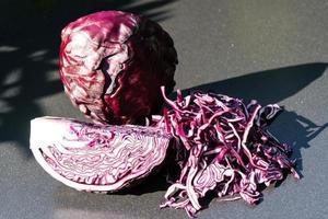 skivad rödkål brassica oleracea foto
