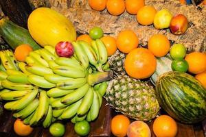 papaya och annan frukt på en marknad foto