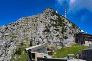 toppen av wendelsteinberget på en hektisk turistdag på sommaren foto