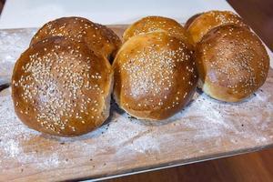 hembakat bröd på bordet med ljust vitt mjöl. foto