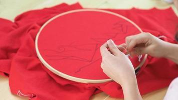 kvinnahänder och hantverksarbete. brodera söm för hand. hantverksarbete foto