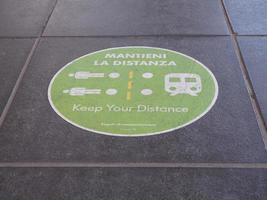 mantieni la distanza translation keep your distance covid 19 sig foto