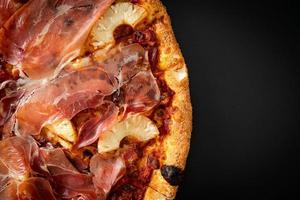 pizza med prosciutto- eller parmaskinkspizza foto