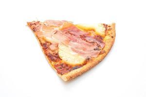 pizza med prosciutto eller parmaskinka pizza på vit bakgrund foto