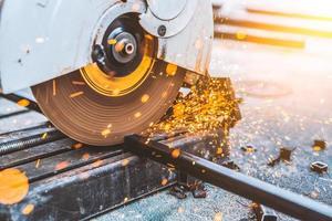 arbetare man använder maskin skärning stål foto