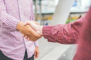 affärslag hälsning handslag. foto
