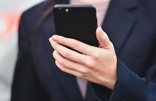 närbild affärskvinnor använder smartphone samtal telefon foto