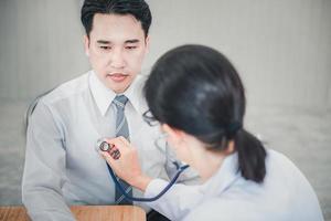läkare undersöker patientens hälsa med stetoskop foto