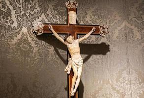 gammalt krucifix av trä och elfenben. foto