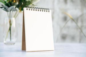 en böcker och vaser på det vita golvet. foto