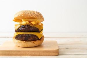 hamburgare eller nötköttburgare med ost och pommes frites foto