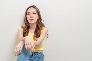 porträtt vacker kvinna stress, allvarlig, oro eller klaga foto