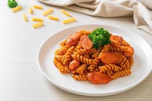 spirali eller spiral pasta med tomatsås foto