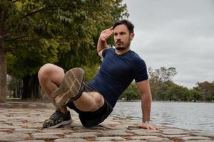 en man tränar i parken foto
