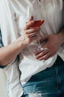 ungt par som omfamnar och dricker vin foto