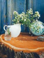 sommar vilda blommor blommig komposition, retro bordsklocka foto