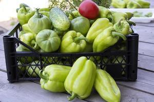 grönsaker i en svart låda närbild foto