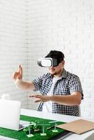 ingenjör eller designer som använder VR -glasögon som visualiserar foto