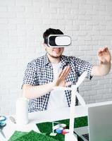 ingenjör eller designer som använder vr -glasögon som visualiserar energiprojekt foto