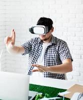 designer som använder vr -glasögon som visualiserar projekt med förnybar energi foto