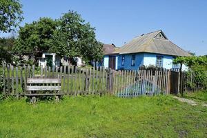 vacker gammal grind från övergivet hus i byn foto