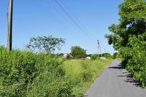vacker tom asfaltväg på landsbygden på färgad bakgrund foto
