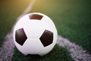 fotboll på den vita linjen på stadion foto
