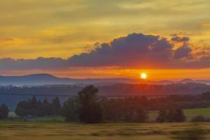 gyllene och färgglada solnedgång orange gul röd blå rosa färger. foto
