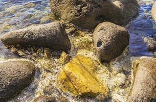 stenar stenblock i turkosblått vatten på Kos Island Grekland. foto