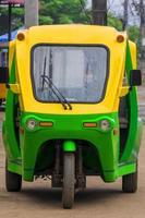 miljövänlig elektronisk tuk tuk-rickshaw i luang prabang laos. foto