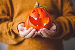 halloween pumpa lampa i barns händer. foto