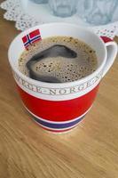 kopp svart kaffe med norsk flagga. foto