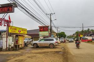 luang prabang, laos 2018- färgglada vägar gator stadsbild molnig dag i luang prabang laos foto