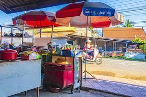 luang prabang, laos 2018- färgglada restauranger och matmarknad i luang prabang, laos foto