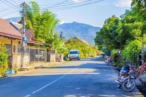 luang prabang, laos 2018- typiska färgglada gator i staden luang prabang laos foto