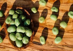 kryddiga wasabinötter på olivträ foto